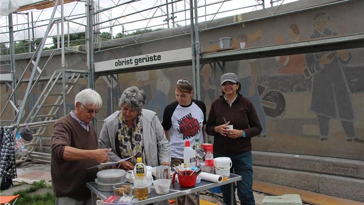 Sie restaurieren das Soldatendenkmal (von links): Josef Ineichen, Ina Link, Dorit Mühlmann und Katharina Flores. lp