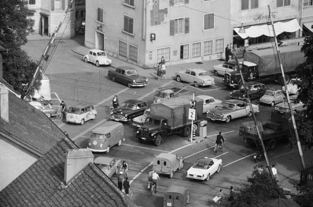 Verkehr anno 1961: Im Hintergrund sieht man die alte Cordulapost mit dem Bild des abgebrochenen Mellingerturms. Rechts daneben der legendäre Lebensmittelladen Moneta. Die beiden Häuser wurden 1984 durch die neue «Porta Moneta» ersetzt.