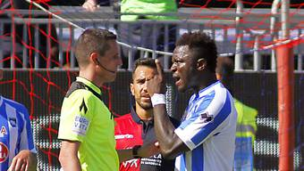 Sulley Muntari beschwert sich beim Schiedsrichter über rassistische Beleidigungen von gegnerischen Fans