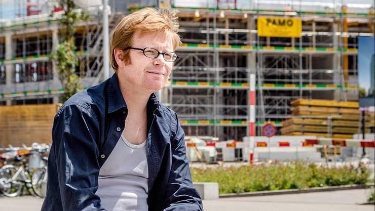VCS-Geschäftsführer Micha Siegrist vor der Hochhaus-Baustelle im Torfeld Süd.
