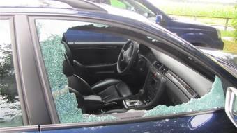 Die Täter schlugen die Seitenscheibe der Fahrzeuge ein. (Archivbild)