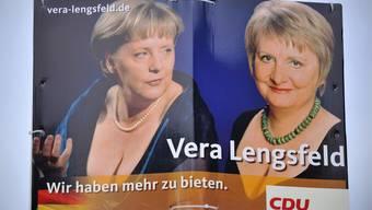 Tiefe Einblicke: Wahlplakat der CDU-Politikerin Vera Lengsfeld (rechts) in Berlin