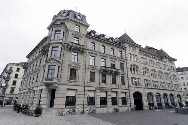 Die Redaktion der Neuen Zürcher Zeitung residiert am Sechseläutenplatz in Zürich gleich neben dem Opernhaus.