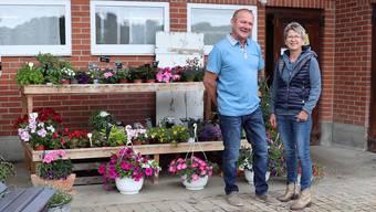 Beatrice und Anton Lüscher vor ihrem ehemaligen Kuhstall, der heute ein Blumenladen ist.