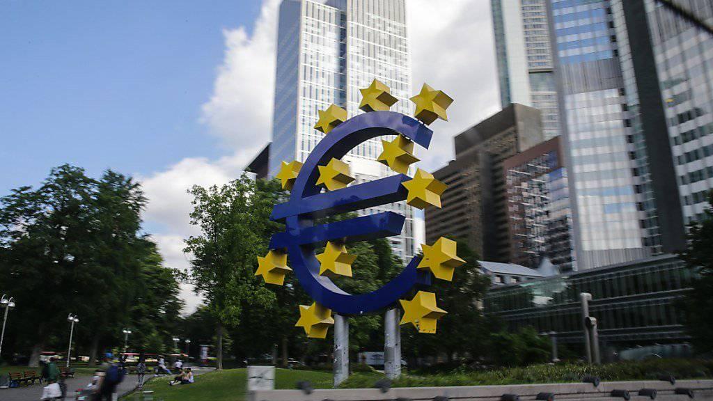 Euroskulptur vor dem alten Hauptsitz der Europäischen Zentralbank (EZB) in Frankfurt am Main. (Symbolbild)