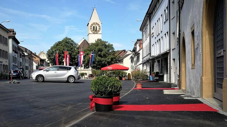 Im Städtchen Klingnau sind viele rote Teppiche vor Geschäften und Restaurants ausgelegt.