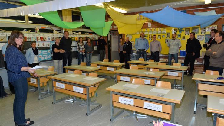Schulleiterin Marion Glanzmann und der gesamte Gemeinderat Bettlachs besichtigen das Zimmer der Erstklässler.