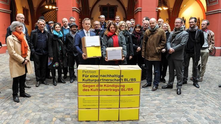 27'600 Unterschriften übergaben Kulturschaffende im Rathaushof dem Vize-Staatsschreiber Marco Greiner. Die Petenten fordern, dass der Kulturvertrag zwischen den beiden Basel nicht gekündet werden dürfe. Zu wichtig sei die Kulturregion, die die Kantonsgrenzen nun mal eben überschreite und darum auch von beiden Basel finanziert werden müsse.