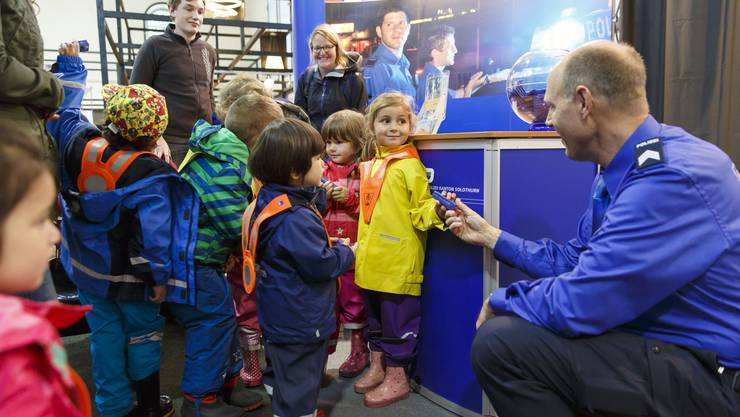 Die Kleinen zu Besuch beim Stand der Kantonspolizei.