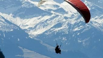Gleitschirmpilot in den Alpen (Symbolbild)