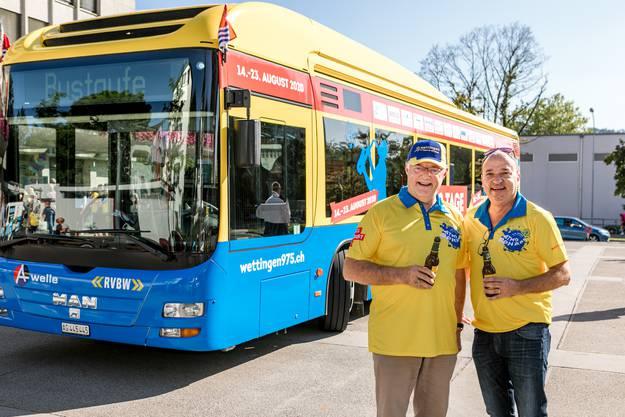 """Gemeindeammann und """"Busgötti"""" Roland Kuster (mit Käppi) tauft den Bus gemeinsam mit Sponsoren."""
