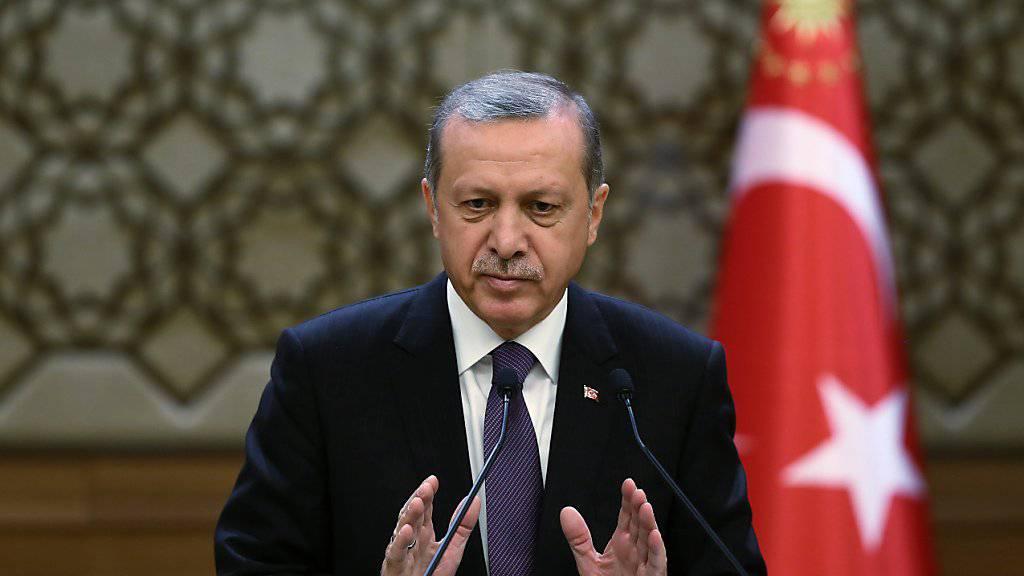 Der türkische Präsident Recep Tayyip Erdogan bei einer Rede vor Beamten in Ankara. Die EU-Kommission hat Medienberichten zufolge die Verlangsamung des politischen Reformprozesses in der Türkei kritisiert.