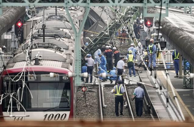 Örtlichen Medienberichten zufolge prallte der Zug daraufhin mit einer Geschwindigkeit von mehr als 100 Kilometern in der Stunde gegen den Wagen.