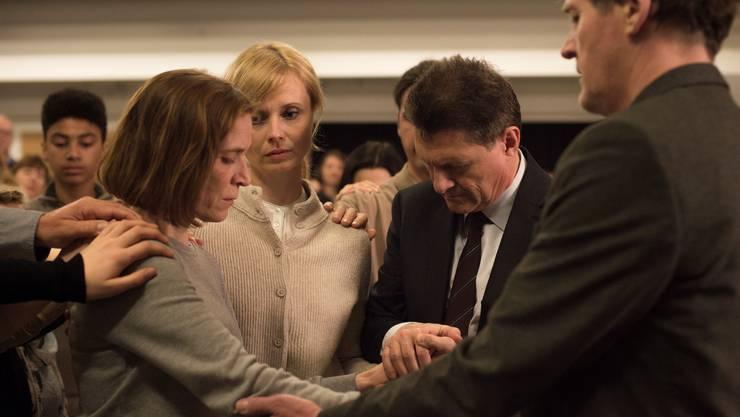 Nicht ganz geheuer: Die Glaubensgemeinschaft will Ruth (Judith Hofmann, links) vor dem Teufel retten.