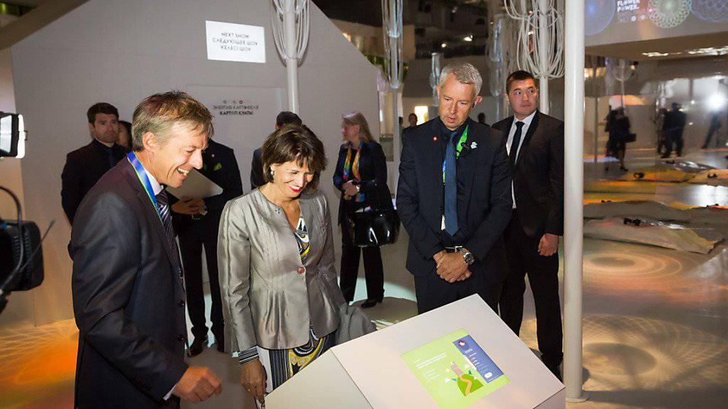 """Bundespräsidentin Doris Leuthard besuchte in der kasachischen Hauptstadt Astana an der Expo 2017 den Schweizer Pavillon """"Flower Power"""". Die Expo stand unter dem Motto """"Energie der Zukunft""""."""