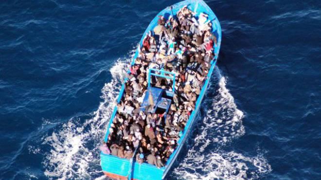 Dieses Flüchtlingsboot befand sich auf dem offenen Mittelmeer, als es von der italienischen Marine aufgegriffen wurde. Foto: Keystone/EPA