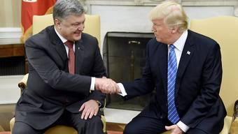 US-Präsident Donald Trump (r) empfängt am Tag der Verschärfung von Sanktionen gegen Russland den ukrainischen Präsidenten Petro Poroschenko