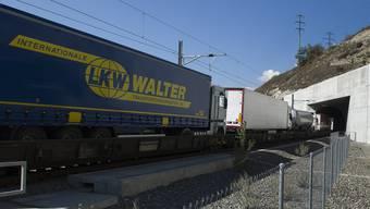 Mit der Erhöhung der LKW-Abgabe soll der Güterverkehr auf den Schienen gefördert werden.