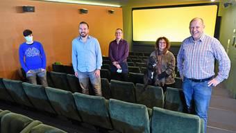 Von links: Sabrina Hediger, Ronny Hediger, Benjamin Hediger, Eva Riesen mit Kinohund Sanso und Christian Riesen im Kinosaal des Kinos Onik.