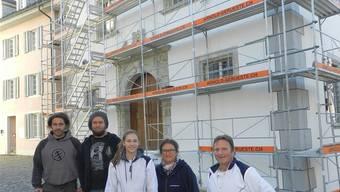 René Philipp mit seinem Chef, dem Bildhauer Rafael Häfliger, Melanie Niederberger, Restauratorin Irene Hagenbuch und Martin Röllin (von links). Jörg Baumann