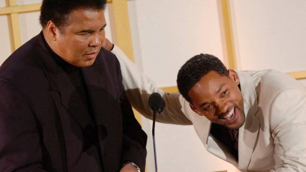 Freunde fürs Leben: Schauspieler Will Smith (rechts) hat den verstorbenen Boxer Muhammad Ali (links) gespielt und wird ihn nun zu Grabe tragen. (Archiv)