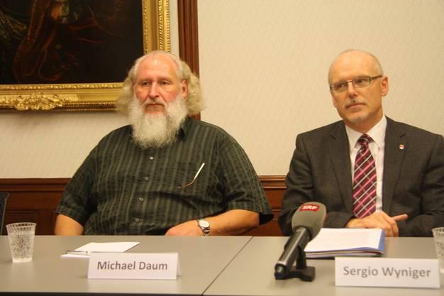 Nach der Wahl stellen sich Michael Daum und Bürgergemeindepräasident Sergio Wyniger den Medien.