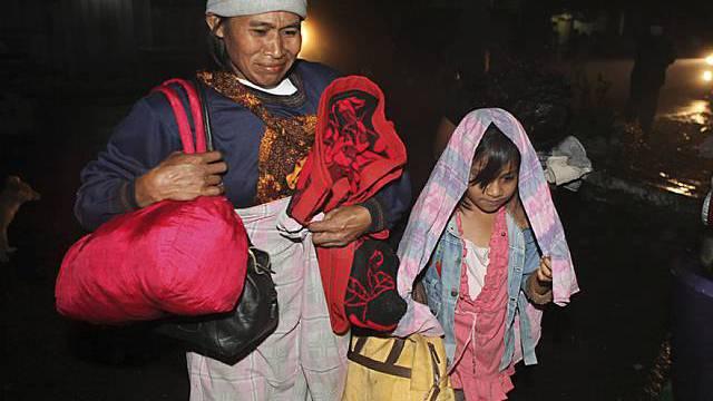 Menschen verlassen ihre Dörfer und bringen sich in Sicherheit