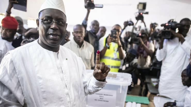 Der wiedergewählte senegalesische Präsident Macky Sall am letzten Sonntag bei der Stimmabgabe in einem Stimmlokal in der Stadt Fatick.