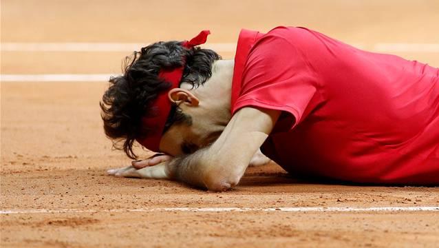 Roger Federers freut sich nach seinem Match gegen Gasquet über den Sieg der Schweiz.