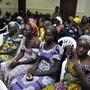 Die aus der Geiselhaft der islamistischen Terrormiliz Boko Haram in Nigeria freigekommenen überwiegend christlichen jungen Frauen warten in der Hauptstadt Abuja auf Präsident Buhari.