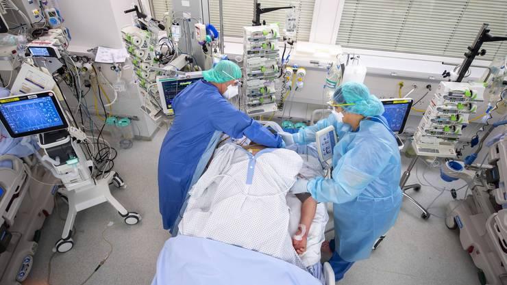 Das Gesundheitswesen in der Schweiz gilt als gut aber teuer. Im Bild ein Patient mit COVID-19 auf der Intensivstation des Genfer Universitätsspitals (HUG).