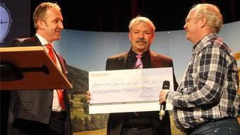 Ueli Leuenberger (rechts) und Rolf Sommer (Mitte) durften für den Wildparkverein Mühletäli einen Check über 10 000 Franken entgegennehmen.
