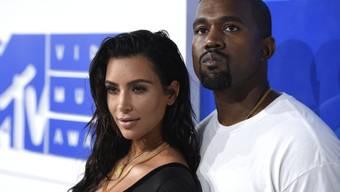 Kim Kardashian West (links) und ihr Ehemann Kanye West feiern in einer Woche ihren fünften Hochzeitstag. Mit der Hilfe einer Leihmutter sind sie erst vor wenigen Tagen zum vierten Mal Eltern geworden. (Archivbild)