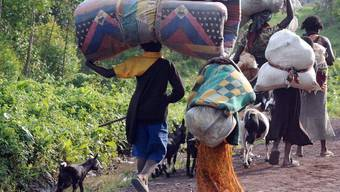 Menschen fliehen vor den jüngsten Kämpfen zwischen Regierungstruppen und Rebellen