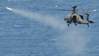 Ein Apache Helikopter der britischen Armee im Einsatz gegen Gaddafis Truppen