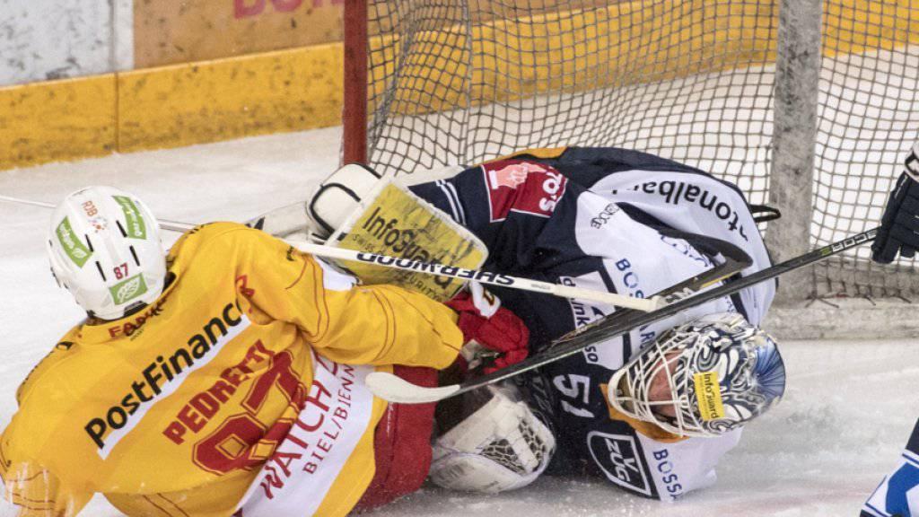 Bei diesem Zusammenstoss mit Marco Pedretti (Nr. 87) verletzte sich Zugs Goalie Tobias Stephan