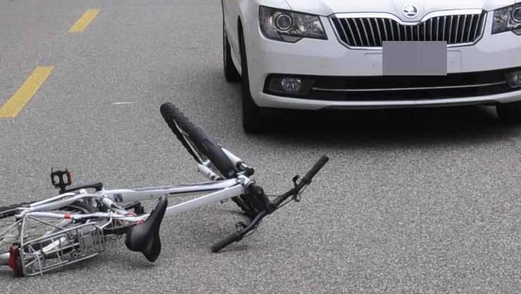 Eine 14-jährige Velofahrerin ist bei einer Kollision mit einem Auto am Freitag in Bottmingen BL verletzt worden. (Symbolbild)