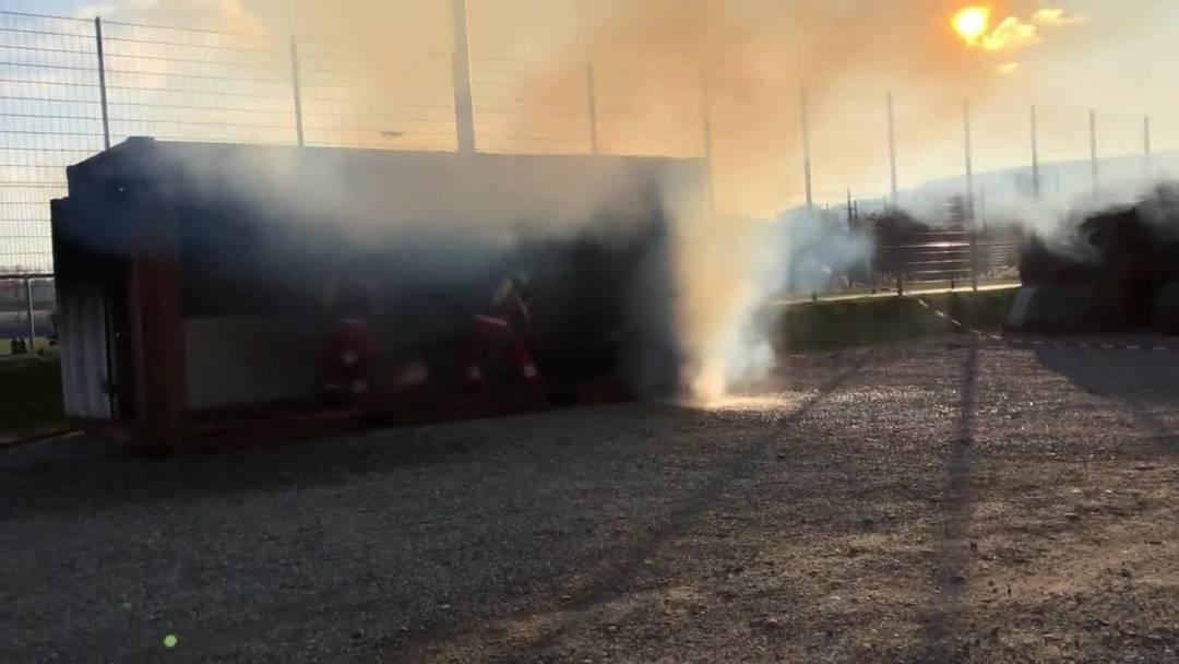 Die brennnede Küche wird von den Feuerleuten gelöscht