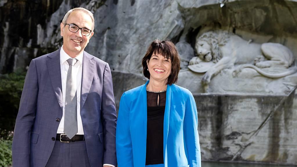 Der Luzerner Stadtpräsident Beat Züsli und alt Bundesrätin Doris Leuthard vor dem Löwendenkmal, das vor 200 Jahren eingeweiht worden ist.