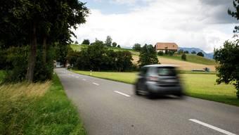 Auf der Strasse von Kyburg-Buchegg in Richtung Restaurant Bismarck (im Hintergrund) soll ein einfacher Fussweg (auf dem Foto rechts von der Strasse) gestaltet werden.