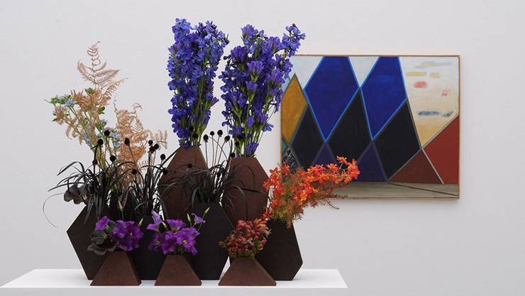 Florale Interpretation: Regula Guhl, Zürich Werk: Meret Oppenheim, Dunkle Berge, rechts gelb-rote Wolken, 1977–1979