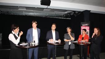Die Podiumsteilnehmer debattierten am Mittwochabend im Gleis 21: Kerstin Camenisch (SP), Frank Rühli (FDP), Moderator David Egger, Laura Huonker (AL), Yvonne Bürgin (CVP) und Etrit Hasler.