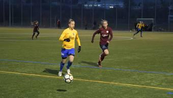 Die Schlieremer Stürmerin Sanja Mijovic (links, gelbes Trikot), hier gegen die Genferin Laura Felber, konnte sich nicht entscheidend durchsetzen.