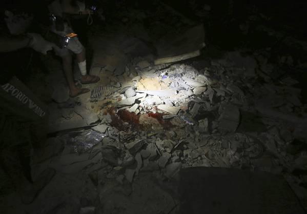 Bei einem Luftangriff auf ein Flüchtlingslager in einem Vorort der libyschen Hauptstatt Tripolis sind eam Dienstag mindestens 40 Menschen getötet und 80 verletzt worden.