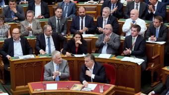 Ungarns Ministerpräsident Viktor Orban (Mitte rechts) freut sich am Mittwoch im Parlament in Budapest über die Annahme des Anti-Flüchtlings-Gesetzespakets.