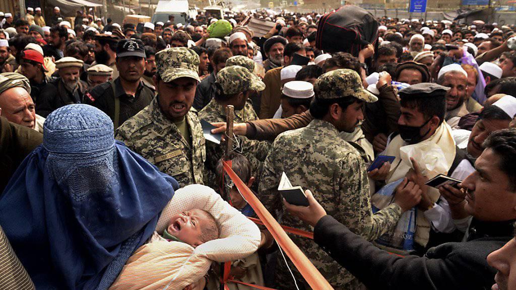 Massenandrang am Grenzübergang Torkham an der afghanisch-pakistanischen Grenze. Nach drei Wochen öffnete Pakistan für kurze Zeit zwei Grenzübergänge zum Nachbarland.