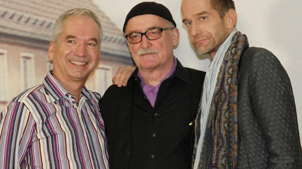 """Er fühle sich """"topfit"""", auch wenn er nicht so aussehe: Das sagt Georg Uecker (rechts, mit """"Lindenstrasse""""-Kollege Claus Vinçon und Produzent Hans W. Geissendörfer). (Archivbild)"""