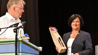 FDP-Präsident Christian Scheuermeyer gratuliert Marianne Meister zur Nomination.