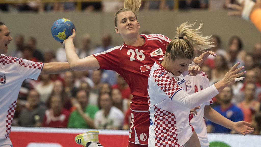Chantal Wick (Mitte) hat es gegen zwei Kroatinnen nicht einfach, zum Abschluss zu kommen