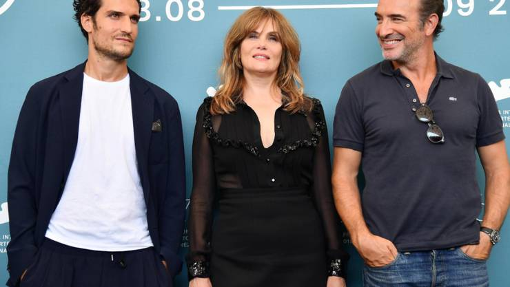 """Roman Polanskis Ehefrau Emmanuelle Seigner (mitte) posiert mit den beiden Hauptdarstellern Louis Garrel (links) und Jean Dujardin (rechts) des neuen Films """"J'accuse"""" von Roman Polanski am Filmfestival in Venedig."""